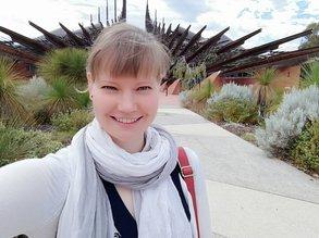 IEC Beraterin Julia vor dem eindrucksvollen Eingang der Edith Cowan University