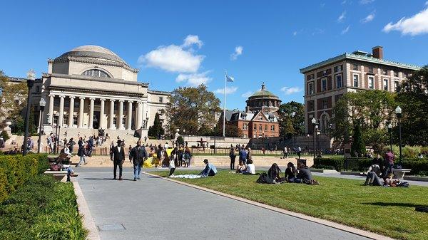 Die private Columbia University in New York City (Upper Manhattan) zählt zu den acht Ivy League-Universitäten und damit auch zu den renommiertesten Hochschulen weltweit. Sie ist bekannt für ein anspruchsvolles Studium und Spitzenleistungen in der Wissenschaft.